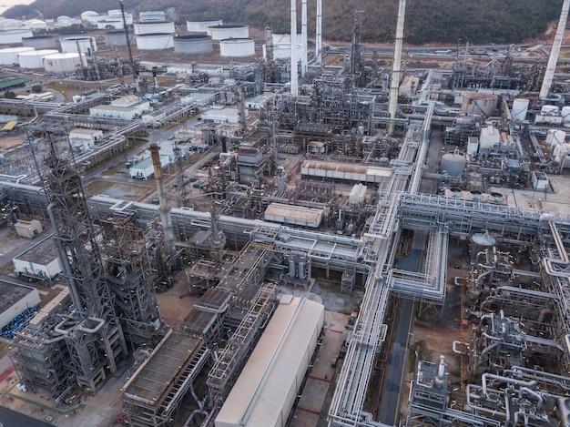 Fotografias aéreas de plantas de refinarias de petróleo, tanque de gás, tanque de óleo, tanque químico, conceito de negócio de investimento de poder de indústria de refinaria.