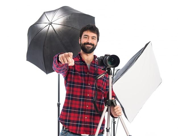Fotógrafo apontando para a frente