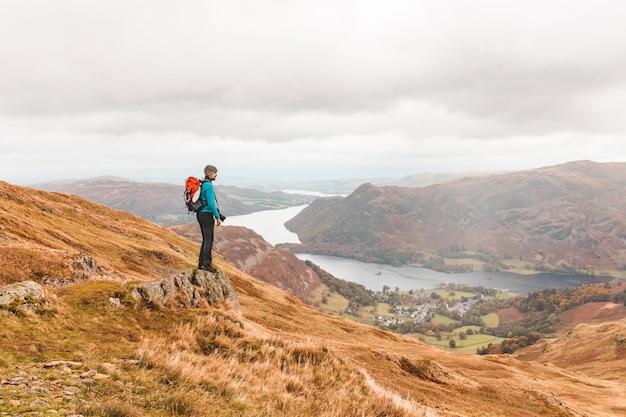 Fotógrafo, caminhadas e olhando o panorama no topo da montanha