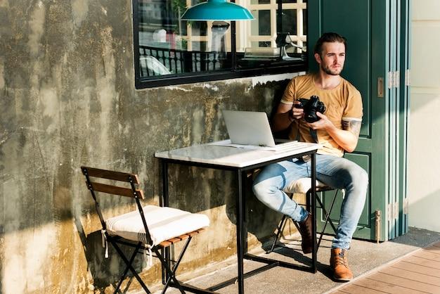 Fotógrafo caucasiano no café café