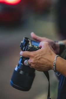 Fotógrafo com câmera digital