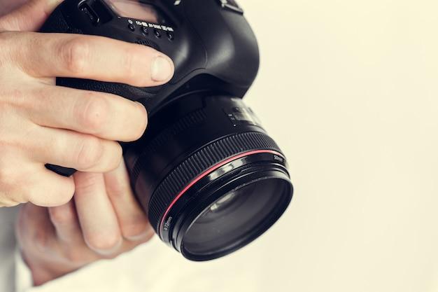 Fotógrafo com câmera na mão