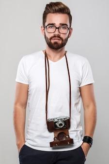 Fotógrafo com câmera retro