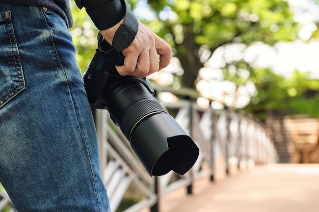 Fotógrafo com câmera.