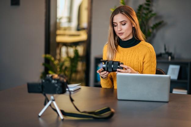 Fotógrafo da mulher que grava o índice para seu vlog.