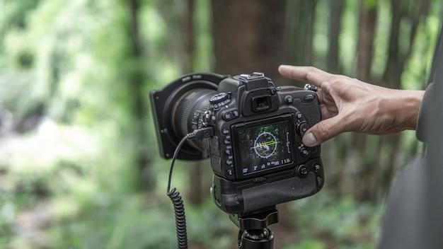 Fotógrafo da natureza com câmera digital