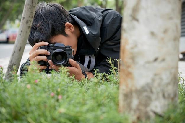 Fotógrafo da natureza em um parque
