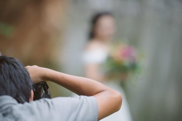 Fotógrafo de casamento em ação, fotógrafo de casamento tirar fotos da noiva