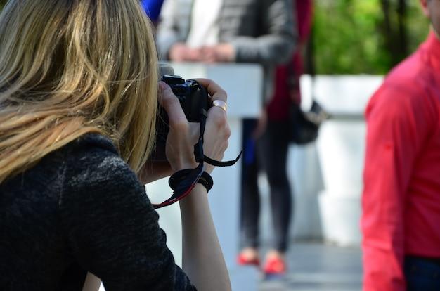 Fotógrafo de casamento no processo de seu trabalho. profissional