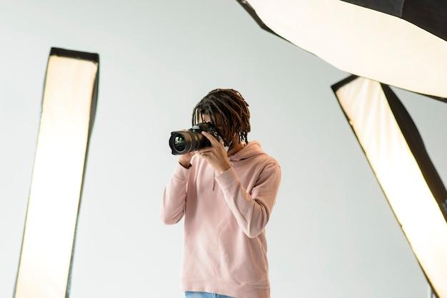 Fotógrafo de close-up tirando fotos