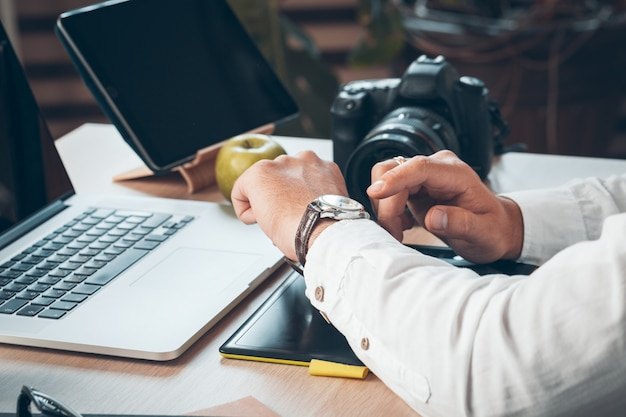 Fotógrafo de jovem trabalhando em um computador.