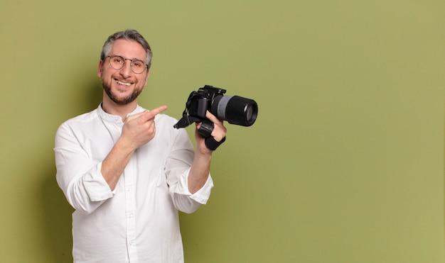 Fotógrafo de meia-idade segurando uma câmera