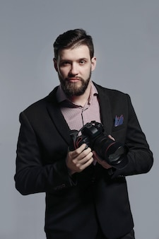Fotógrafo de moda em um terno com uma camera.photo com espaço de cópia.
