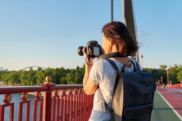 Fotógrafo de mulher madura com câmera tirando foto foto
