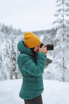 Fotógrafo de paisagem capturando uma lapônia com neve