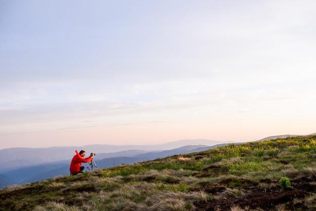 Fotógrafo de paisagem no trabalho