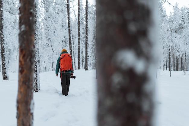 Fotógrafo de paisagens viajando em uma lapônia cheia de neve, finlândia