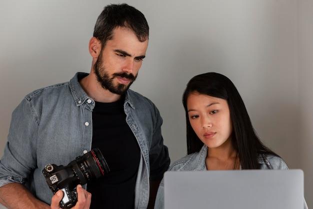Fotógrafo de produto com câmera em estúdio