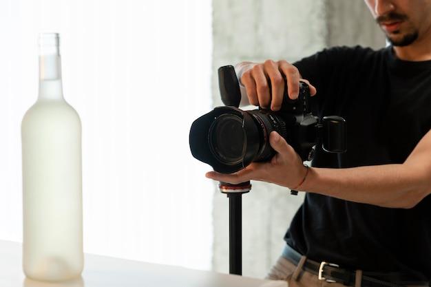 Fotógrafo de produto fazendo seu trabalho no estúdio