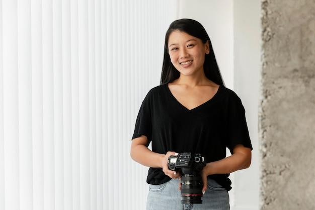 Fotógrafo de produtos criativos em ambientes fechados