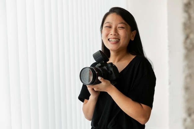 Fotógrafo de produtos criativos em estúdio