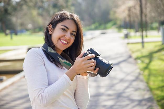 Fotógrafo de sucesso positivo, desfrutando de sessão de fotos