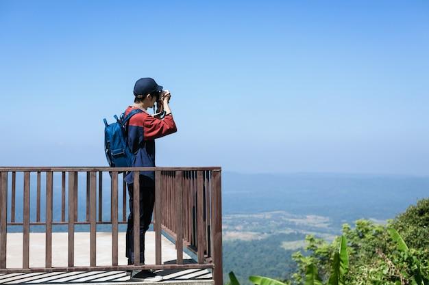 Fotógrafo de viagens homem tirando foto na tailândia