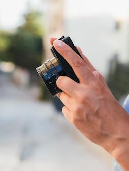 Fotógrafo de vista frontal com câmera