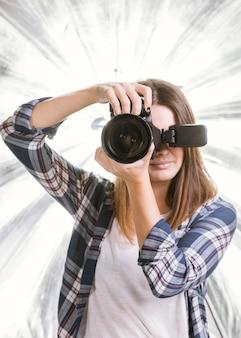 Fotógrafo de vista frontal tirando uma foto