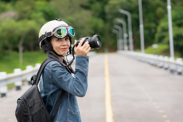 Fotógrafo do turista que guarda a câmera para tirar a foto da natureza bonita.