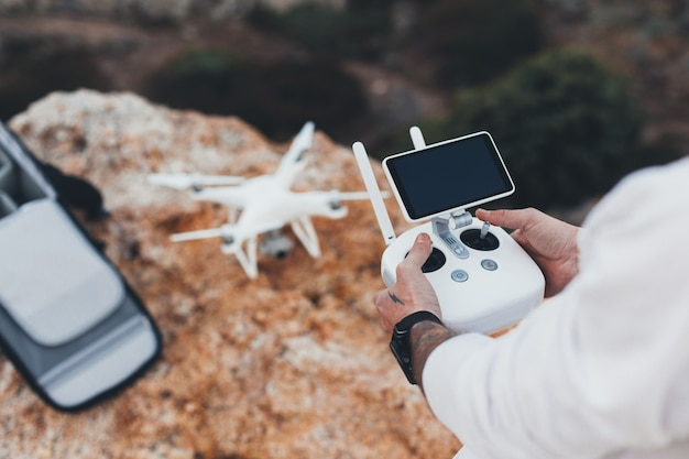 Fotógrafo e criador de vídeos aéreos de estoque prepara drones para o voo