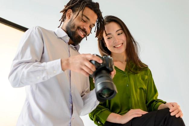 Fotógrafo e modelo com câmera