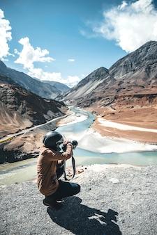 Fotógrafo e vista da paisagem no distrito de leh ladakh