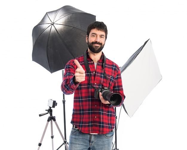 Fotógrafo em seu estúdio com o polegar para cima