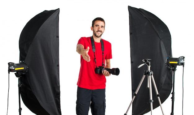 Fotógrafo em seu estúdio fazendo um acordo