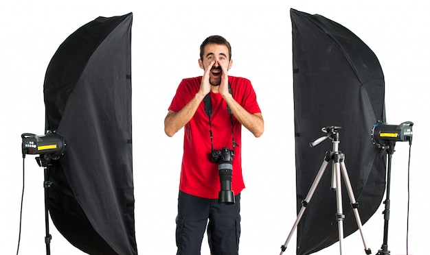 Fotógrafo em seu estúdio gritando