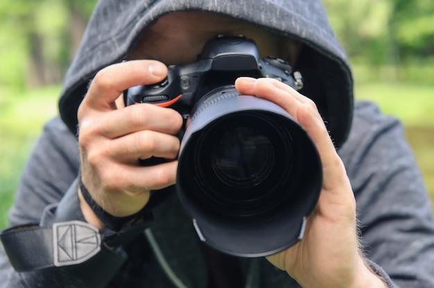 Fotógrafo escondido com a câmera.