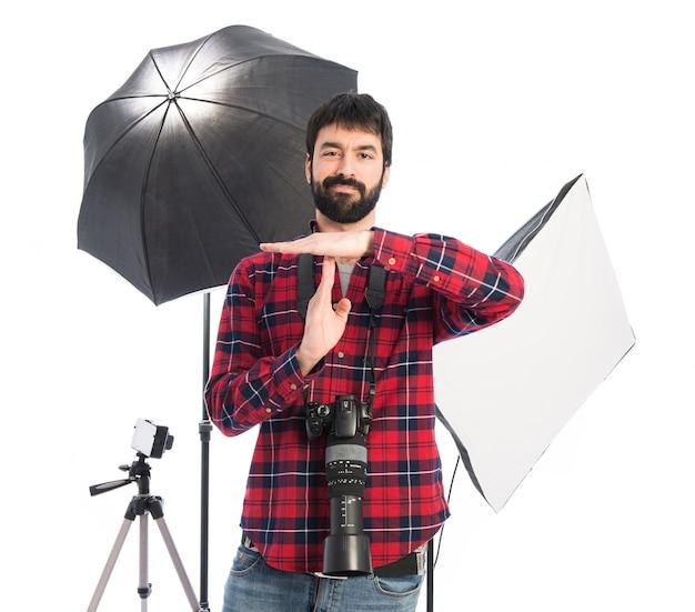 Fotógrafo fazendo tempo para sair gesto