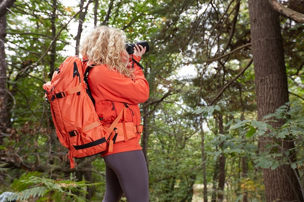 Fotógrafo feminino na floresta