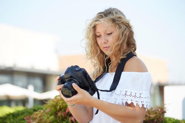 Fotógrafo feminino trabalhando em ambiente urbano