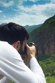 Fotógrafo fotografa o pôr do sol nas montanhas