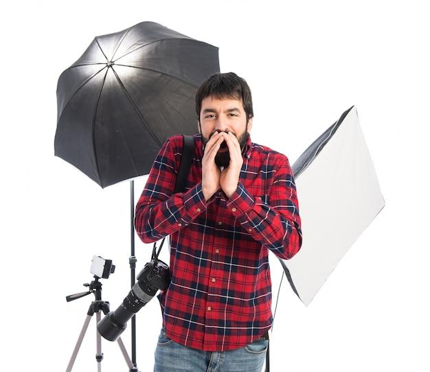 Fotógrafo gritando sobre fundo branco