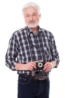 Fotógrafo idoso com câmera retro