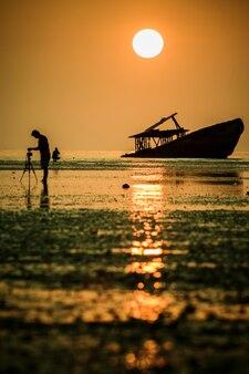 Fotógrafo, levando, um, fotografia, de, abandono, destrua barco, em, phuket, sulista, tailandia