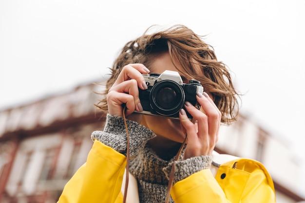 Fotógrafo lindo da moça