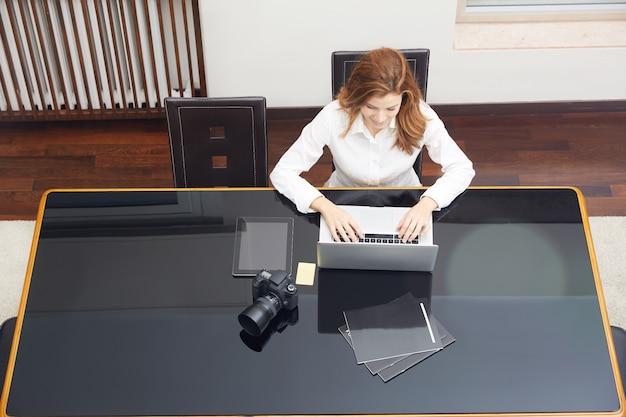 Fotógrafo muito feminino, trabalhando em casa