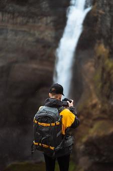 Fotógrafo na cachoeira haifoss, islândia