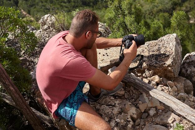 Fotógrafo na natureza em ação durante um dia ensolarado