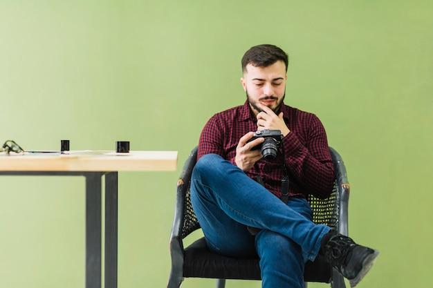 Fotógrafo, olhando câmera