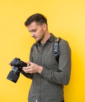 Fotógrafo, olhando para a tela da câmera